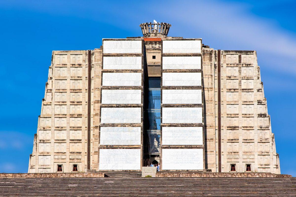 Der Faro Colón (Leuchtturm des Kolumbus) ist das Wahrzeichen von Santo Domingo, Dominikanische Republik - © hessbeck / Fotolia