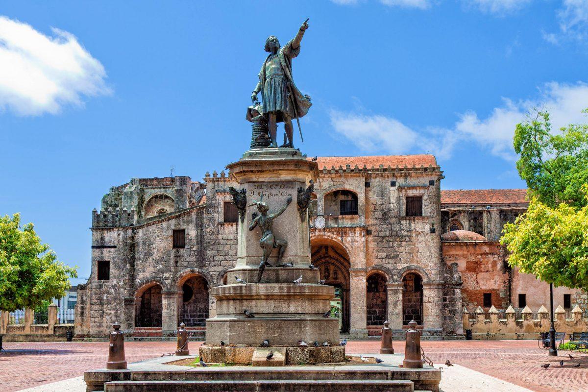 Die Kathedrale von Santo Domingo liegt am Plaza de Colòn, in dessen Mitte Denkmal von Christoph Kolumbus thront, Dominikanische Republik - © hessbeck / Shutterstock