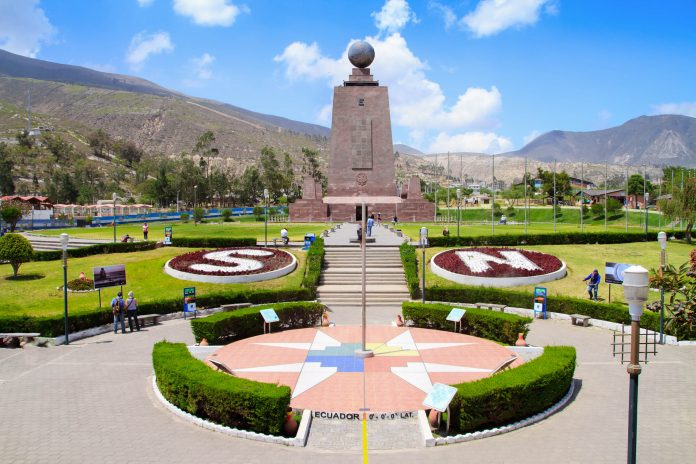 """Das Äquatormonument La Mitad del Mundo (""""Die Mitte der Welt"""") in Ecuador  - © Sunshine Pics / Shutterstock"""