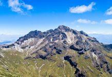 """Der Vulkan Pichincha mit 4.100 Meter Seehöhe ist der """"Hausberg"""" von Ecuadors Hauptstadt Quito - © / Shutterstock"""