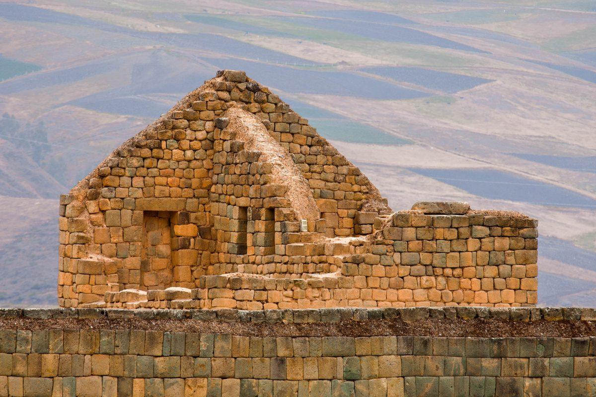 Die Ruinenstätte Ingapirca liegt liegt in den südlichen Anden auf einer Seehöhe von über 3.000 Metern, Ecuador - © Paul S. Wolf / Shutterstock