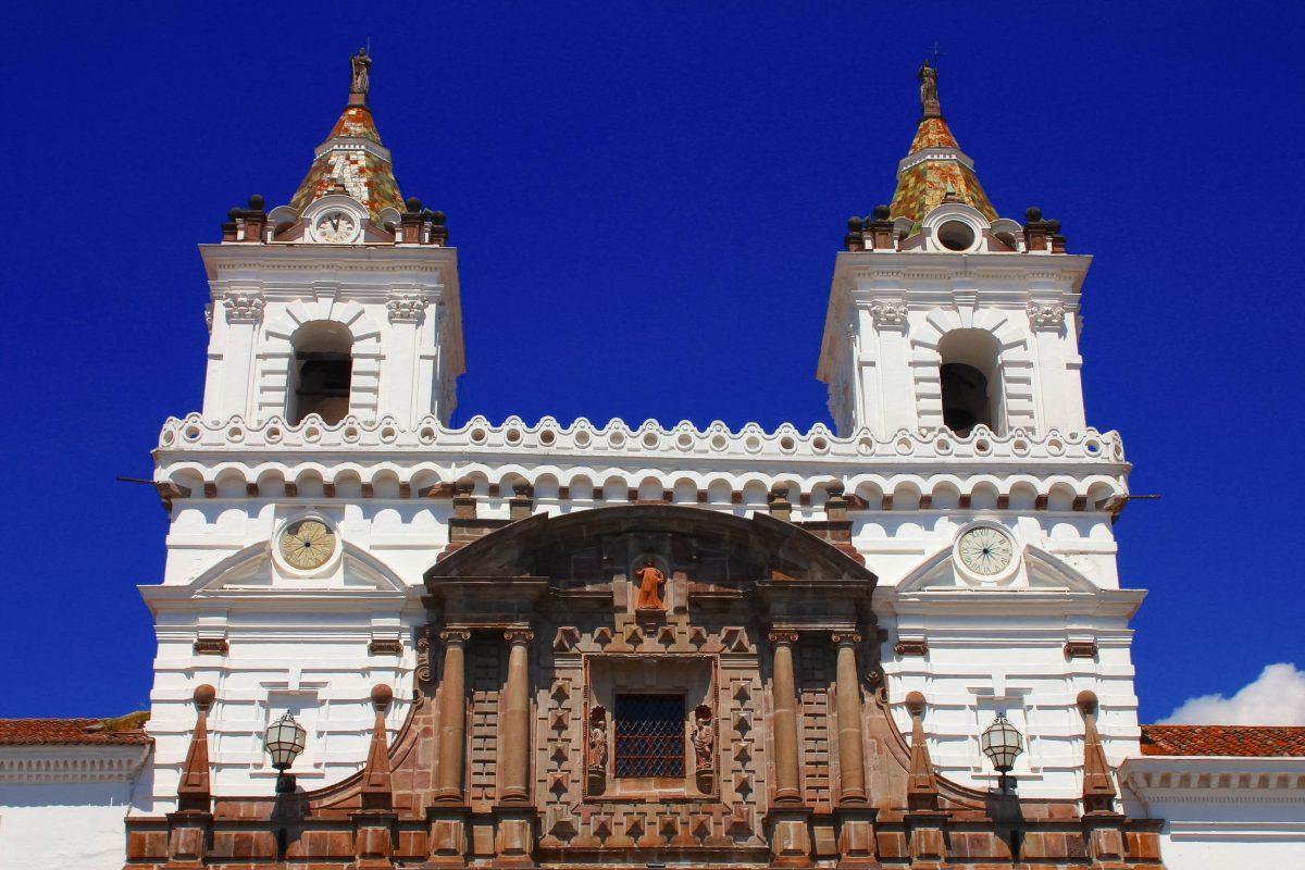 Die gewaltige Kirche von San Francisco ist der umfangreichste Gebäudekomplex einer Altstadt in ganz Lateinamerika, Quito, Ecuador - © onedrop / Shutterstock