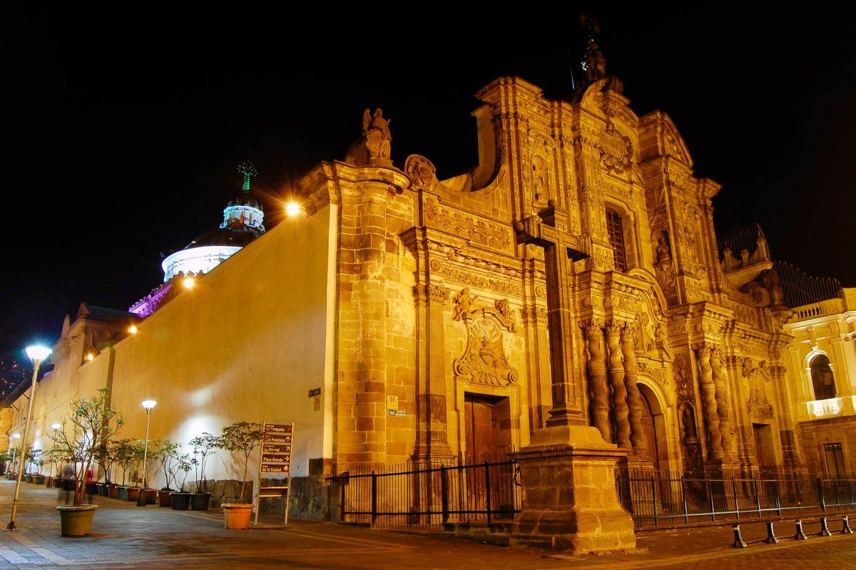 Eindeutig die prunkvollste Kirche in Quitos Altstadt ist die La Compañía des Jesuiten-Ordens mit ihrer kunstvoll gearbeiteten Fassade, Ecuador - © Alan Falcony / Shutterstock