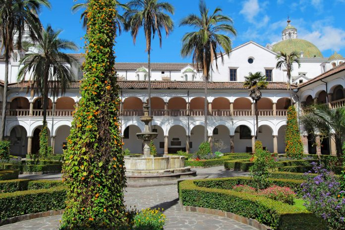 Innenhof, Garten, Brunnen und Kuppel der Kirche San Francisco in Quito, Ecuador - © Stephen B. Goodwin / Shutterstock