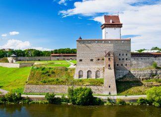 Blick auf die Hermannsfeste direkt am Ufer des Flusses Narva, Estland - © NordCry / Fotolia