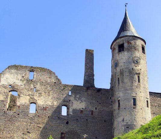 Die Bischofsburg der Stadt Haapsalu wurde im 13. Jahrhundert im Zuge der Christianisierung Estlands als eine der zentralen Burgen des Bistums Ösel-Wiek errichtet - © Ad Oculos / Shutterstock