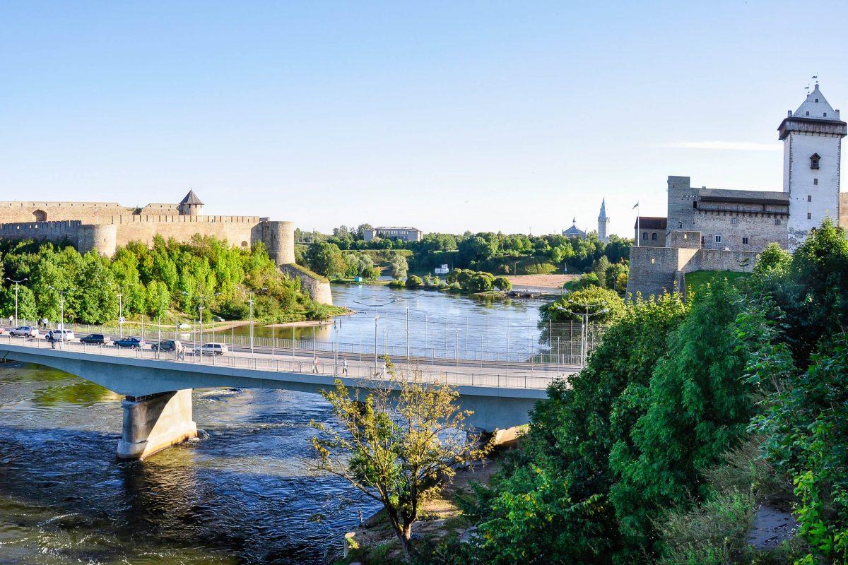 Panoramaaufnahme der Burg Ivangorod und der Hermannsfeste mit dem Fluß Narva dazwischen, Estland - © weintel / Fotolia