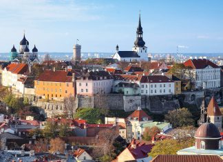Blick auf das historische Zentrum der estnischen Hauptstadt Tallinn  - © Mikhail Markovskiy / Shutterstock