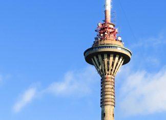 """Der Fernsehturm (""""Teletorn"""") in Tallinn wurde 1980 für die Olympischen Sommerspiele in Moskau errichtet, Estland - © Oleinik Dmitri / Shutterstock"""
