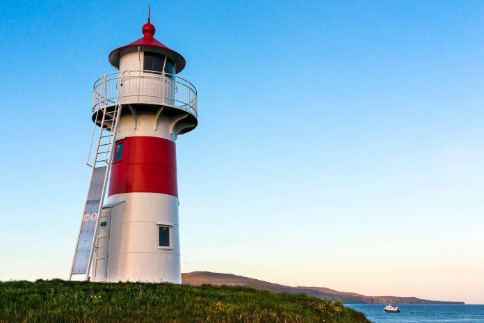 Der Leuchtturm von Torshavn, im Hintergrund die Insel Nólsoy, Färöer Inseln - © Andrea Ricordi / Shutterstock