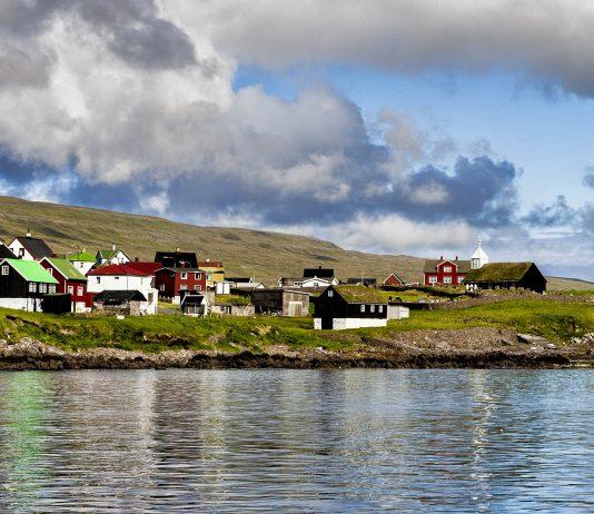 Das malerische Örtchen Sandur ist der Ausgangspunkt für Wanderungen über die Insel Sandoys und Fundort der berühmten Sandur-Münzen aus dem 11. Jahrhundert, Färöer-Inseln - © Eydfinnur / Shutterstock