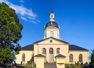 Der Kirchturm von Alatornio, ein Messpunkt des Struve-Bogens, einem Netz von geodätischen Vermessungspunkten, dass sich über 10 Ländern erstreckt, Finnland - © Pecold / Shutterstock