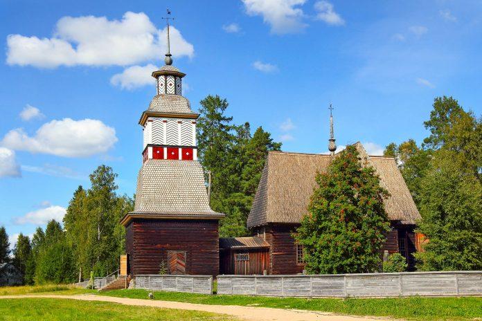 Die Alte Kirche von Petäjävesi wurde im Jahr 1764 errichtet und vereint in ihrem Erscheinungsbild die Stile von Gotik und Renaissance, Finnland - © Pecold / Shutterstock