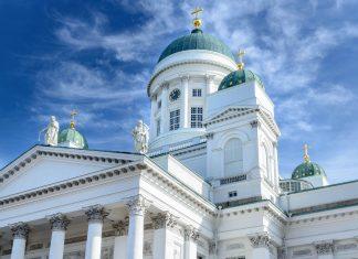 Der Dom von Helsinki wurde Mitte des 19. Jahrhunderts im klassizistischen Stil vom deutschen Architekten Carl Ludwig Engel errichtet, Finnland - © Finetones / Shutterstock