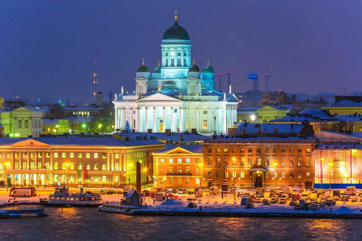 Der schneeweiße Dom von Helsinki in einer Winternacht, Finnland - © Scanrail / Fotolia