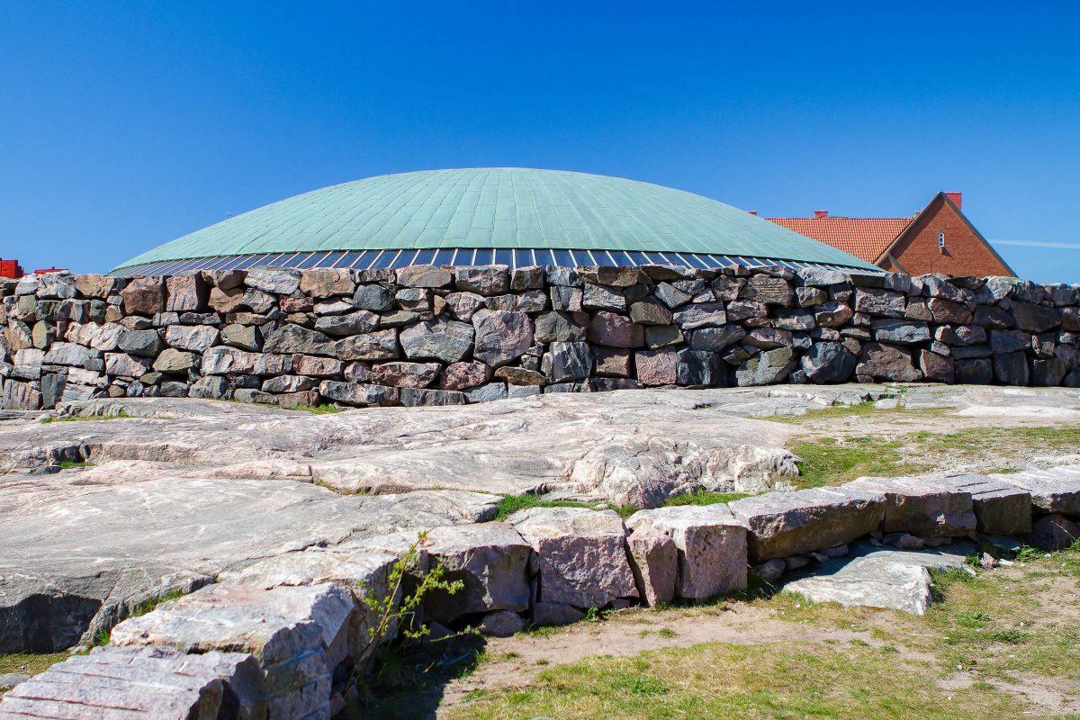 Die ungewönlich geformte Temppeliaukio-Kirche in Helsinki, Finnland, wird jedes Jahr von einer halben Million Menschen besucht - © Mmartin / Shutterstock