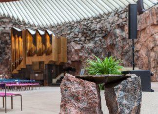 Jeglicher Schmuck der Temppeliaukio-Kirche in Helsinki präsentiert sich schlicht und rustikal, Finnland - © Kekyalyaynen / Shutterstock