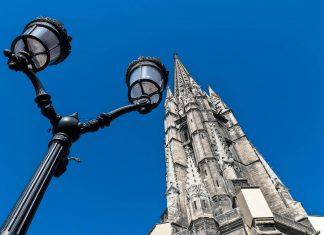 """Als besonderes Merkmal der Basilika Saint-Michel in Bordeaux fungiert der 114m hohe Glockenturm """"Tour Pey-Berland"""" aus dem 15. Jahrhundert, Frankreich - © Anibal Trejo / Shutterstock"""