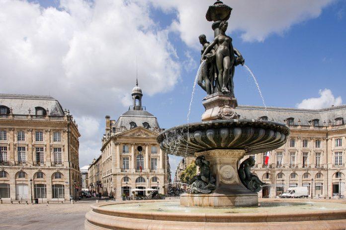 Brunnen am  Place de la Bourse in Bordeaux, Frankreich - © Steve Faber / Shutterstock