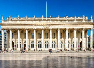 Das neoklassizistische Grand Théâtre von Bordeaux ist das bedeutendste Bühnenhaus im Südwesten Frankreichs und hat einen der schönsten Konzertsäle der Welt zu bieten - © saaton / Shutterstock