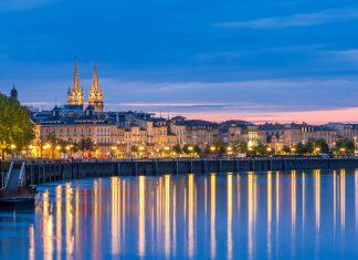 Die Altstadt von Bordeaux am Ufer der Garonne zur blauen Stunde, Frankreich - © Leonid Andronov / Shutterstock