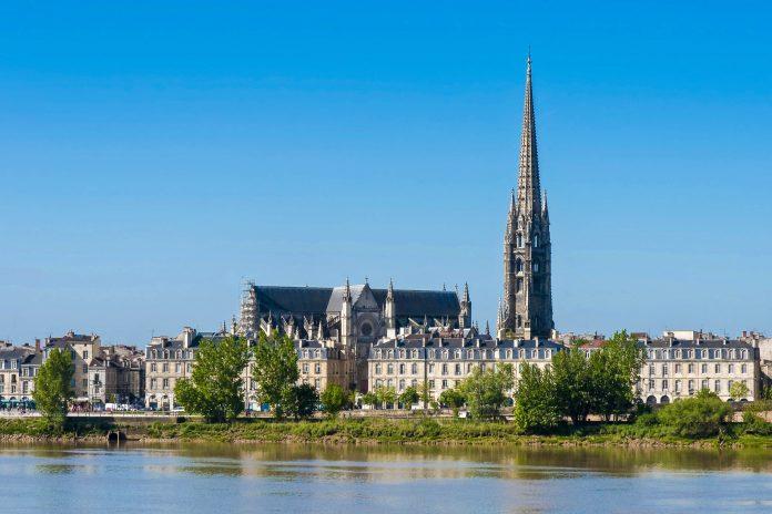 Die Basilika Saint Michel ist Teil des Jakobswegs und von nahezu überall in Bordeaux sichtbar, Frankreich - © Anibal Trejo / Shutterstock