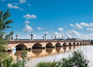 Die majestätische Pont de Pierre war einst die erste Brücke über die Garonne und ist heute wohl die schönste Brücke von Bordeaux, Frankreich - © Alexander Demyanenko / Shutterstock