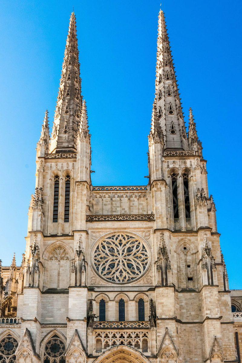 Die Nordfassade der Kathedrale Saint-André in Bordeaux, Frankreich, wird von zwei 81m hohen Spitztürmen flankiert - © Alexander Demyanenko/Shutterstock