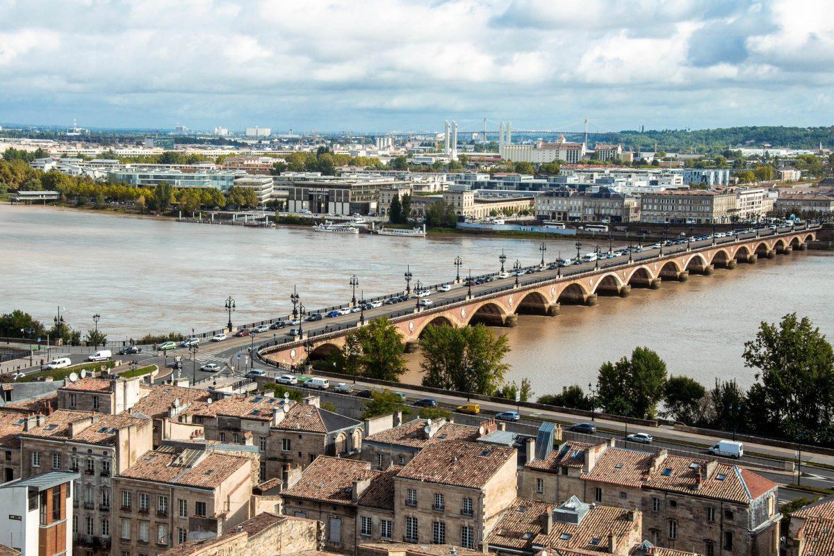 Vom Glockenturm der Basilika Saint-Michel tut sich ein herrlicher Blick über die Altstadt von Bordeaux mit der Pont de Pierre auf, Frankreich - © Alberto Loyo / Shutterstock