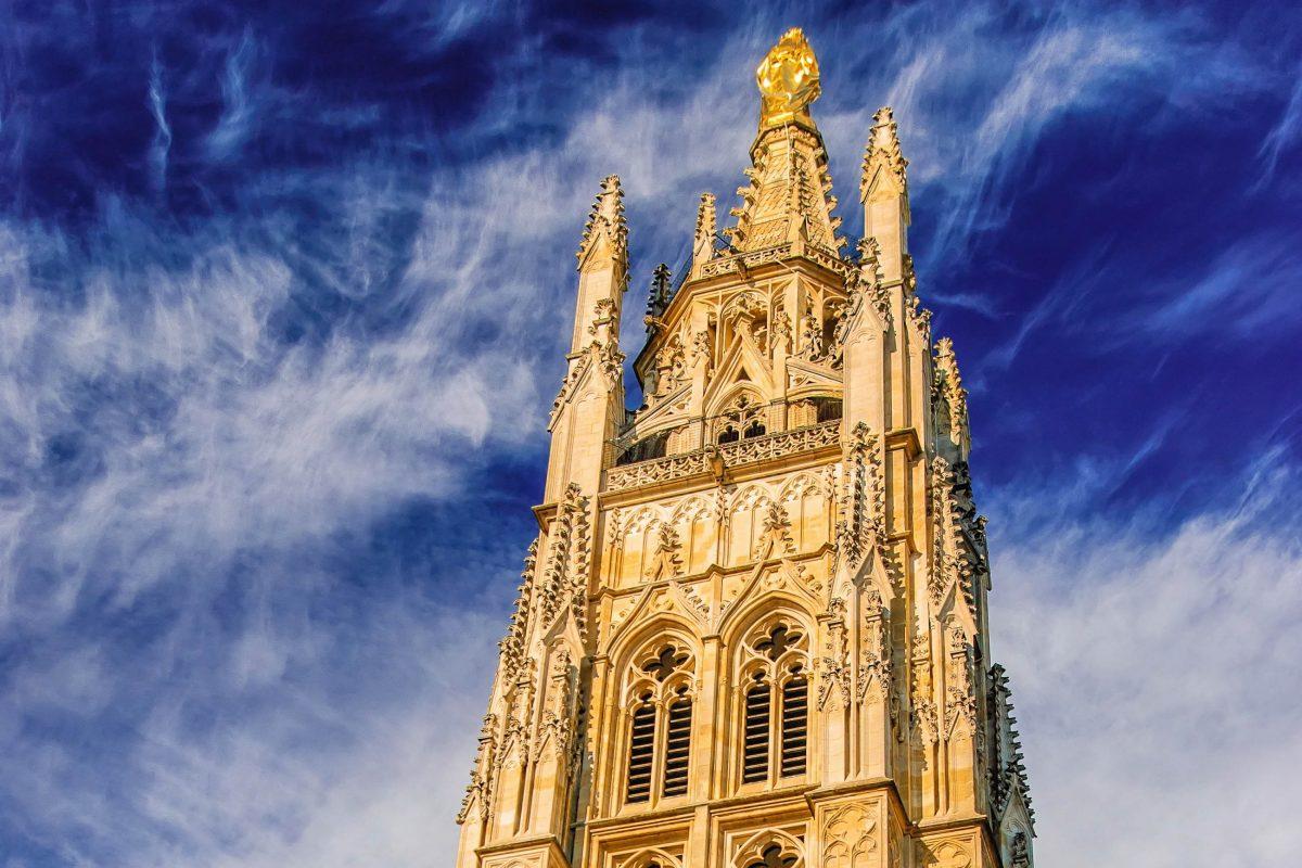 """Von 1440 bis 1466 wurde die Kathedrale Saint-André in Bordeaux, Frankreich, um den freistehenden Glockenturm """"Tour Pey-Berland"""" erweitert - © mbonaparte / Shutterstock"""