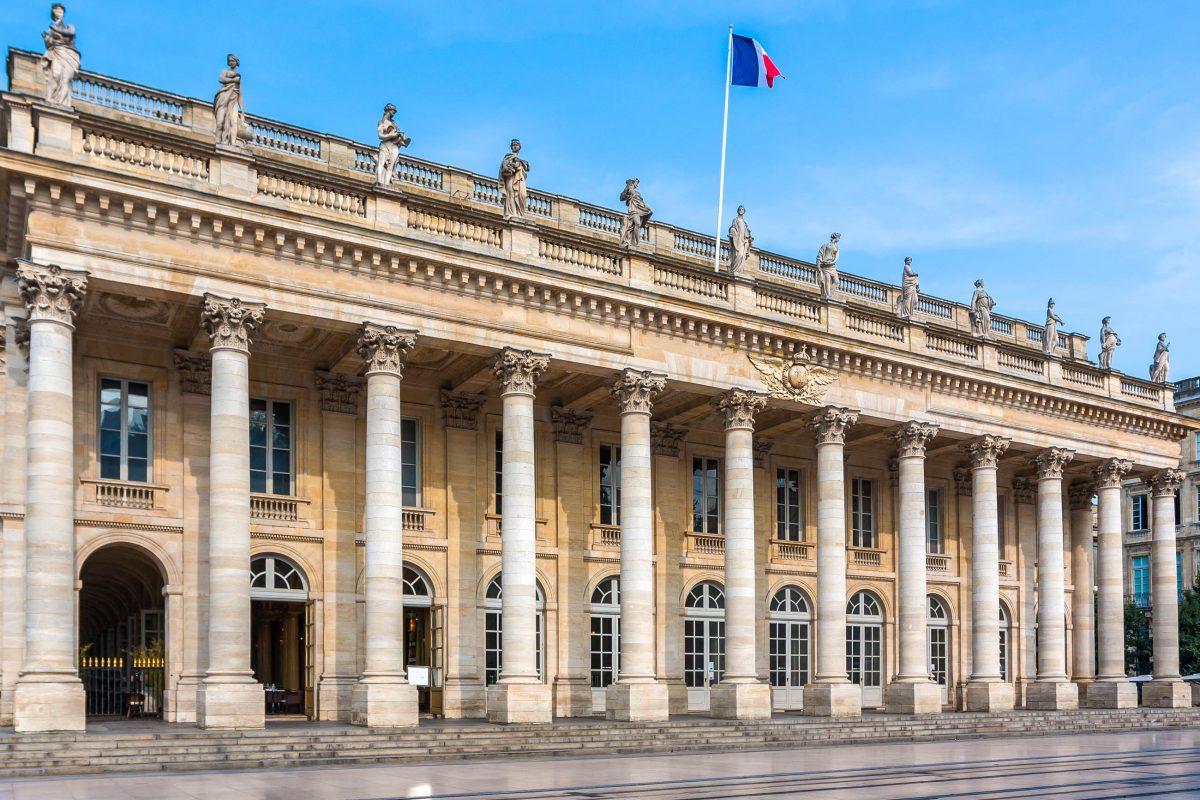 Von der Brüstung des Grand Théâtre von Bordeaux, Frankreich, blicken von zwölf Statuen aus der römischen Mythologie auf die Besucher herab - © Sergey Kelin / Shutterstock