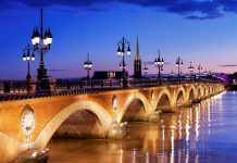 Von Napoleon Bonaparte in Auftrag gegeben ist die elegante Ponte de Pierre über die Garonne bis heute zu einem Markenzeichen von Bordeaux geworden, Frankreich - © SergiyN / Shutterstock