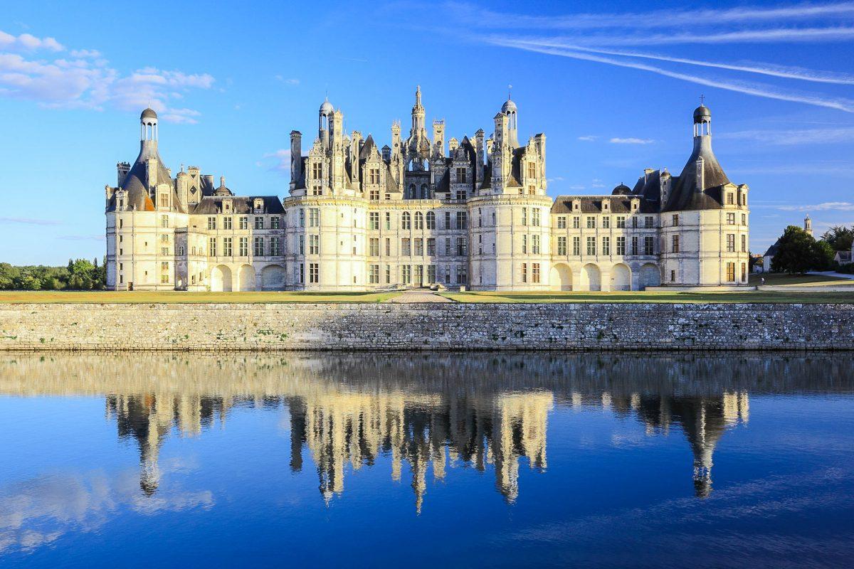 Das Schloss Chambord ist mit über 400 Zimmern und Kaminen ein äußerst imposantes Bauwerk und das größte Schloss an der Loire, Frankreich - © SR.LeePhotoTraveller/Shutterstock