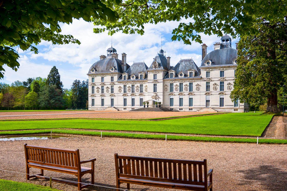 Das Schloss Cheverny ist eines der wenigen Schlösser im Loire-Tal, dessen Baustile nicht vermischt wurden, Frankreich - © Sergey Kelin / Shutterstock
