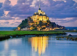 Der berühmte Klosterberg Mont St. Michel ist Sitz eines der bedeutendsten mittelalterlichen Klöster der Welt, Frankreich - © Boris Stroujko / Shutterstock