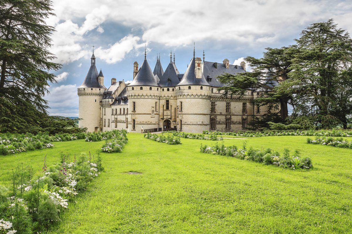 Der wehrhafte Eindruck des Schlosses Chaumont täuscht nicht, es war früher eine Burg, Loiretal, Frankreich - © marekusz / Shutterstock