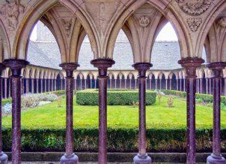 In ihrer heutigen Pracht wurde die Abtei auf dem Mont St. Michel in Frankreich zwischen dem 10. und 16. Jahrhundert erbaut - © Ana del Castillo / Shutterstock