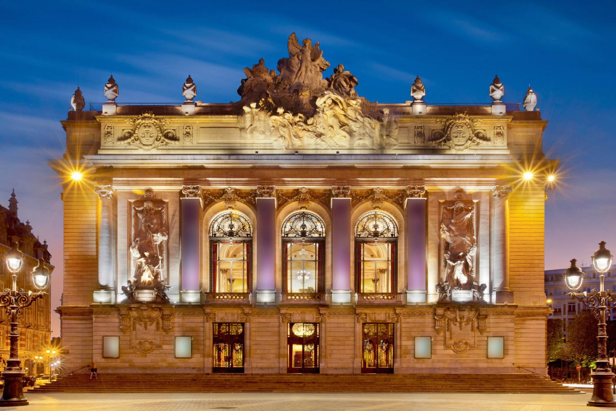 Am Place du Théatre, nahe dem Grand Place, thront die prächtige Oper von Lille, deren eindrucksvolles Gebäude von Louis Cordonnier entworfen wurde, Frankreich - © Production Perig / Shutterstock