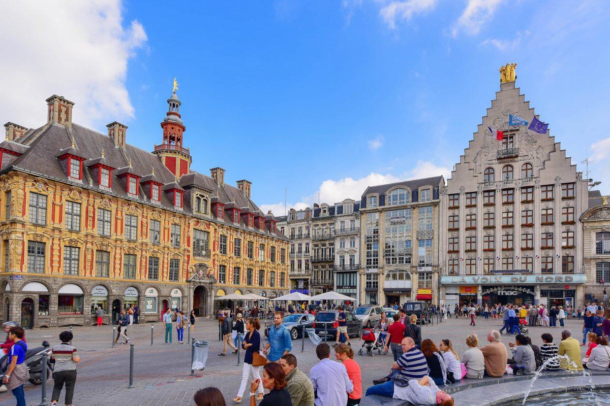 """An der Südseite des Grand Place von Lille liegt die Heimat des Zeitungsverlags """"La Voix du Nord"""" mit dem unverwechselbar stufenförmigen Dach, Frankreich - © Jordan Tan / Shutterstock"""
