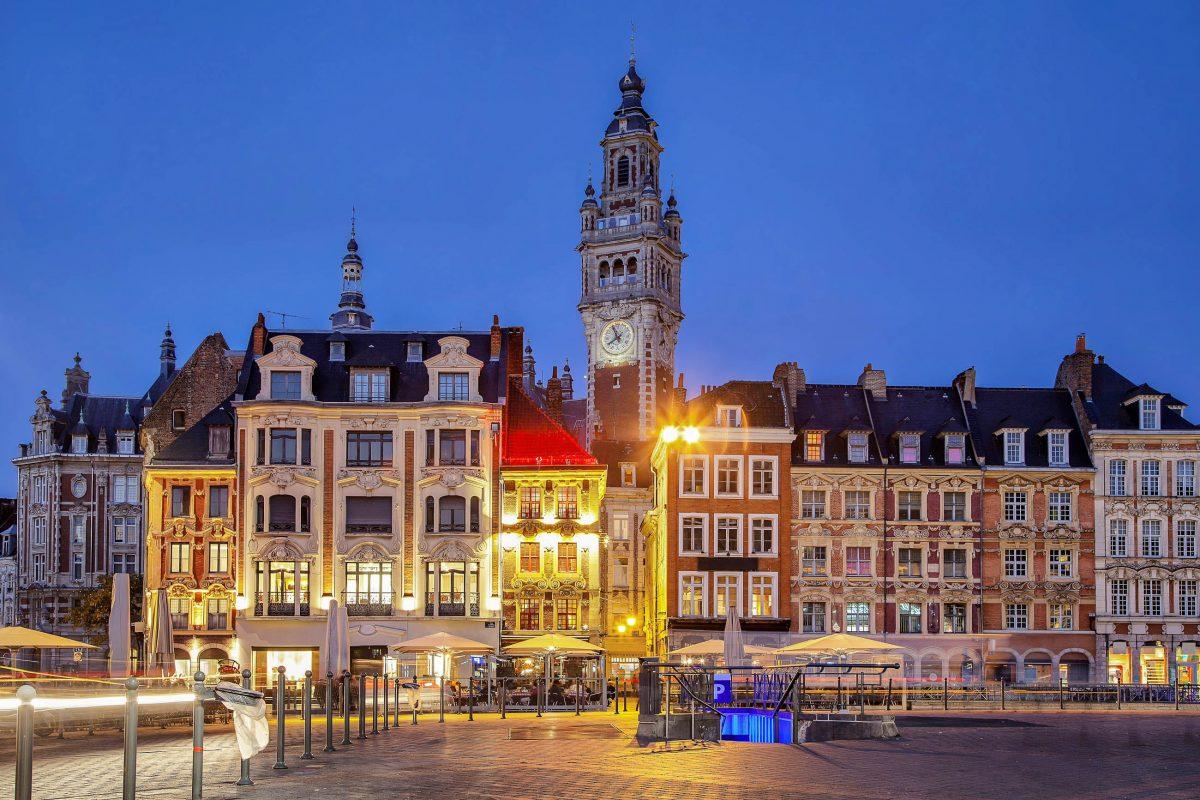 Der 100m hohe Turm der Handelskammer nahe des Grand Place von Lille, Frankreich, soll die Macht der Industrie demonstrieren - © Sergey Dzyuba / Shutterstock