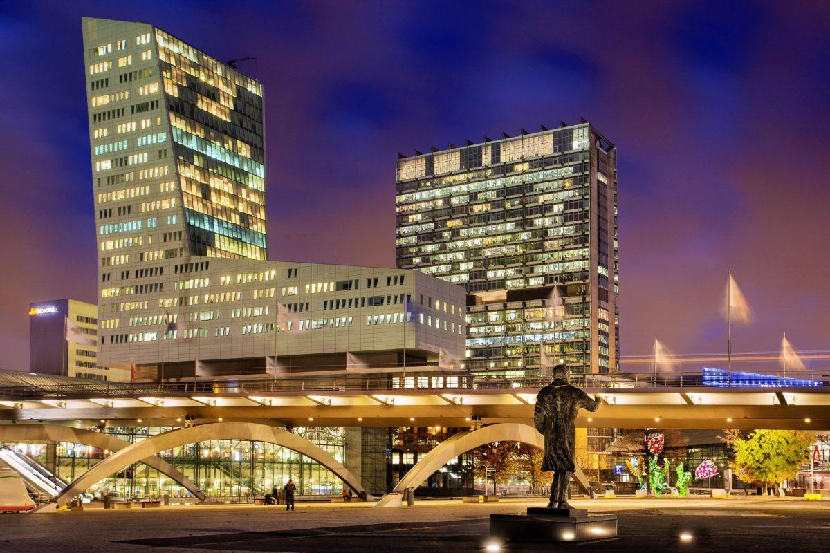 """Der Büro-Koloss """"Tour de Lille"""" im modernen Stadtviertel Euralille ist mit 120 Metern das höchste Gebäude von Lille, Frankreich - © Production Perig / Shutterstock"""