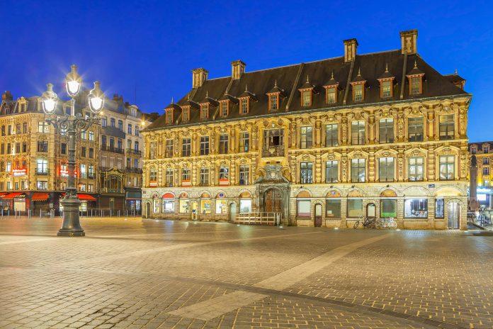 Der prächtige Grand Place im Herzen von Lille ist der schönste Platz der Stadt im Norden von Frankreich - © Sergey Dzyuba / Shutterstock