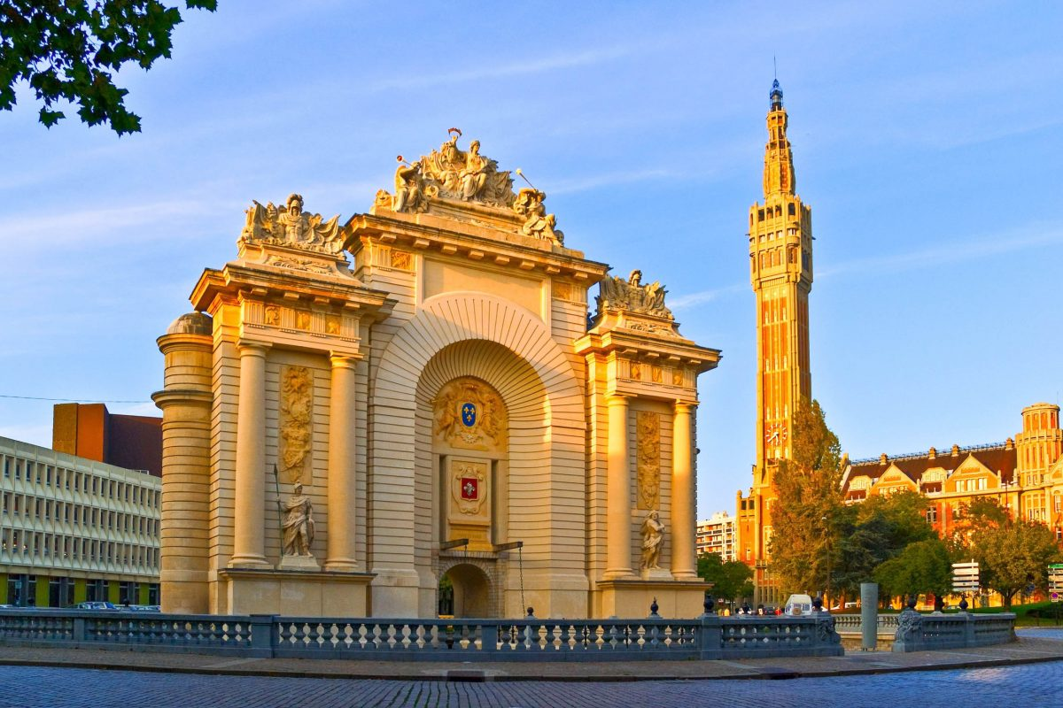 Gleich in der Nähe des Porte de Paris liegt das Rathaus von Lille, das mit seinem hoch aufragenden Belfried schon von weitem sichtbar ist - © Meiqianbao / Shutterstock