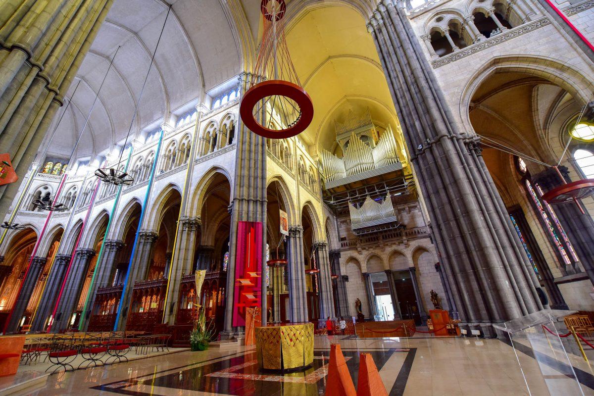Heute ist die gewaltige Kathedrale Metropolitansitz und Sitz des römisch-katholischen Erzbistums von Lille, Frankreich - © Jordan Tan / Shutterstock