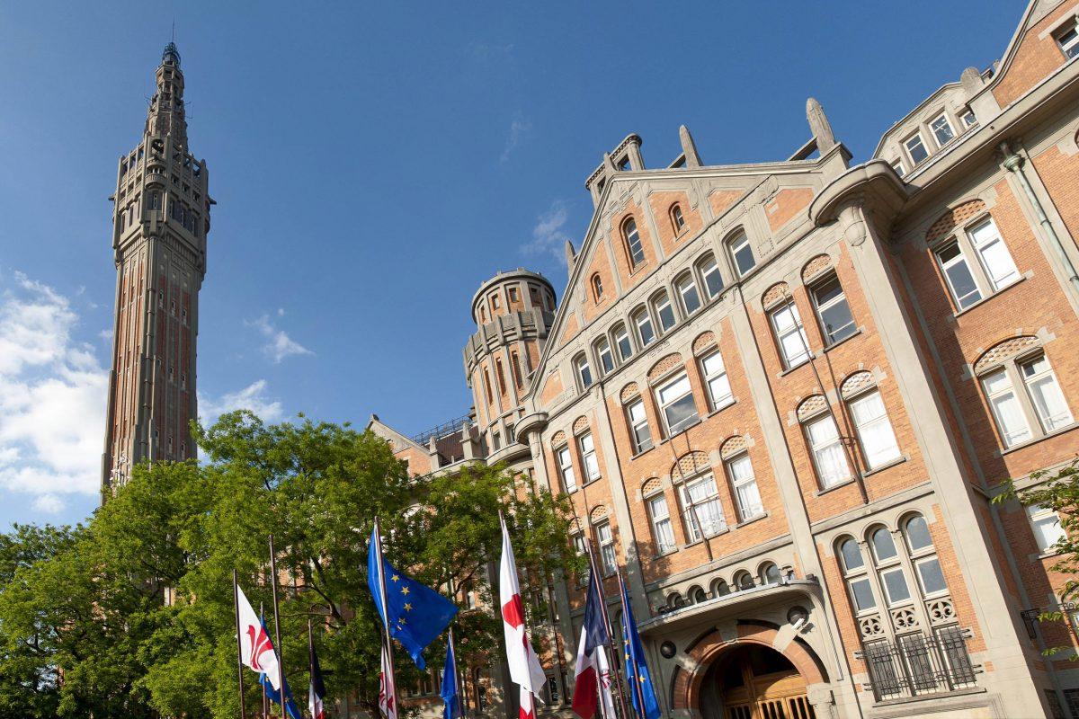 Mit seinem imposanten Turm zählt das Rathaus von Lille im Norden Frankreichs zu den meistbesuchten Sehenswürdigkeiten der Stadt - © Production Perig / Shutterstock