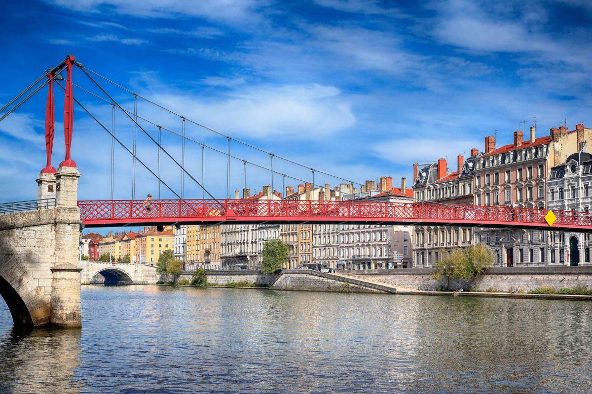 """Als besonders malerisches Postkartenmotiv präsentiert sich in der Altstadt von Lyon die Fußgängerbrücke """"Passarelle St. Georges"""", die über die Saône führt, Frankreich - © prochasson frederic / Shutterstock"""