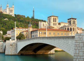 """Als Geburtsort der Stadt hat der Mont Fourviére mit der eleganten Basilika und dem """"kleinen Bruder des Eiffelturms"""" für Lyon und seine Bewohner eine besondere Bedeutung, Frankreich - © SergiyN / Shutterstock"""