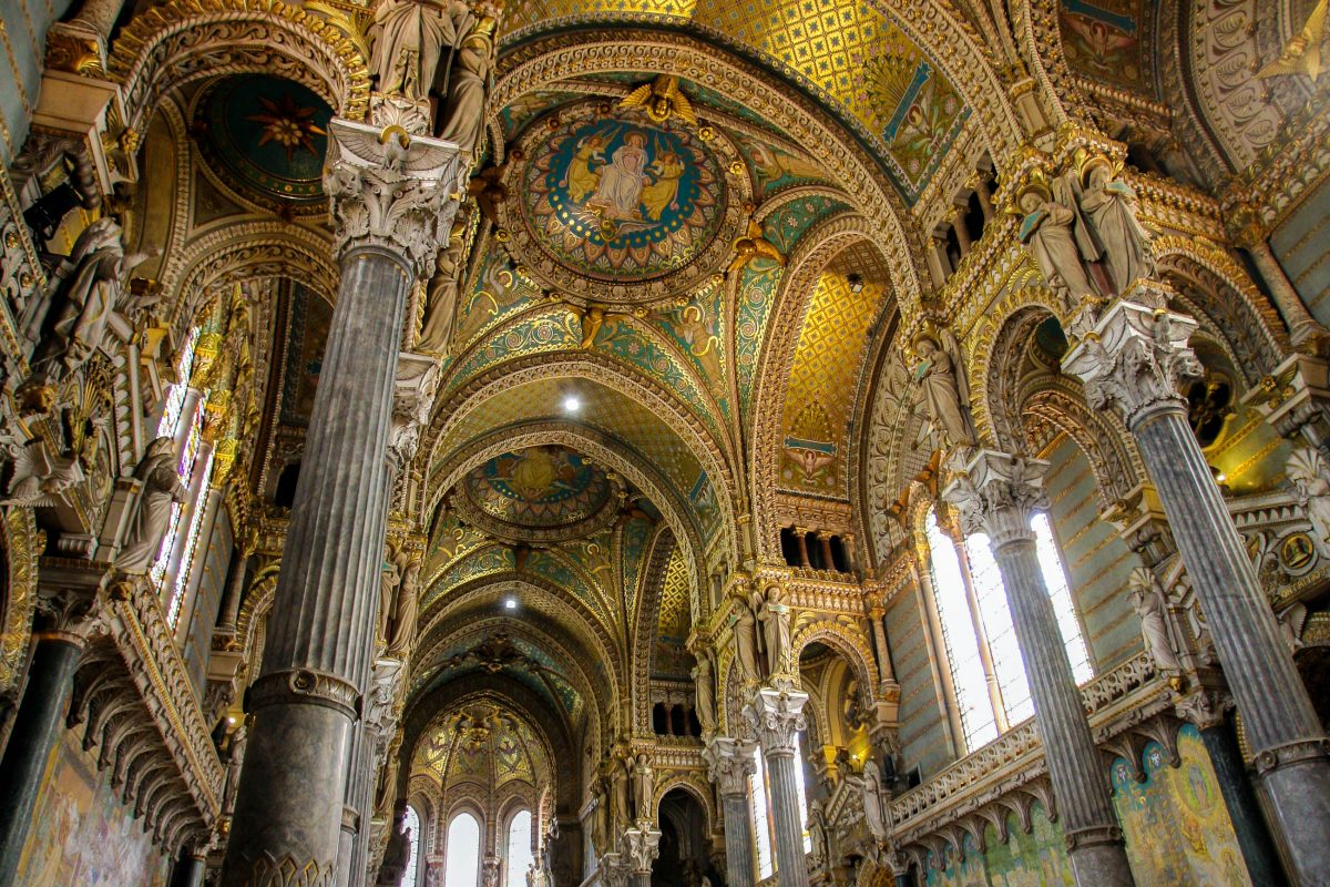 Beim Anblick des opulent geschmückten Innenraums der Basilika wird klar, warum die Gestaltung des Interieurs nach der Weihe noch Jahrzehnte lang andauerte, Lyon, Frankreich - © Ludovic Courtès CC BY-SA3.0/Wiki