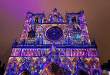"""Besonders prächtig erstrahlt die Kathedrale Saint-Jean beim jährlichen """"Fest der Lichter"""" in Lyon, Frankreich - © Oscity / Shutterstock"""