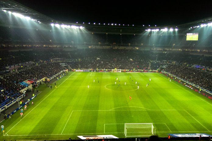 Das Stadion der Lichter bei Lyon ist Austragungsstätte der Fußball EM 2016 in Frankreich und Heimstadion von Olympique Lyon und fasst knapp 60.000 Zuschauer - © TeZeD17 CC BY-SA4.0/Wiki